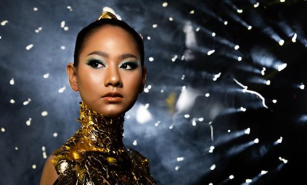 Vrouw versieren met gouden folie of bladgoud