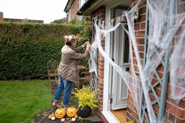 Vrouw versiert haar huis voor halloween