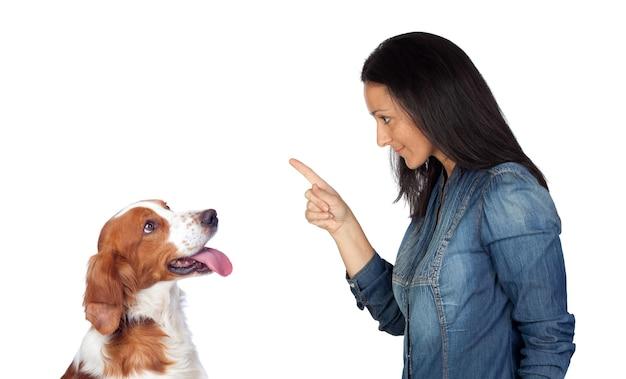 Vrouw vertelt en wijst met haar wijsvinger naar de hond