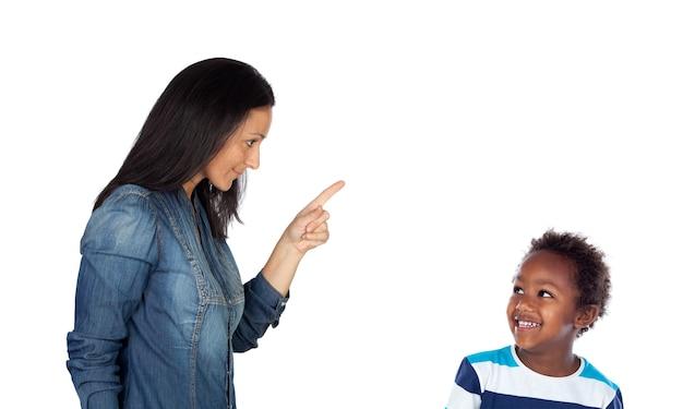 Vrouw vertelt en wijst met haar wijsvinger naar haar jongen