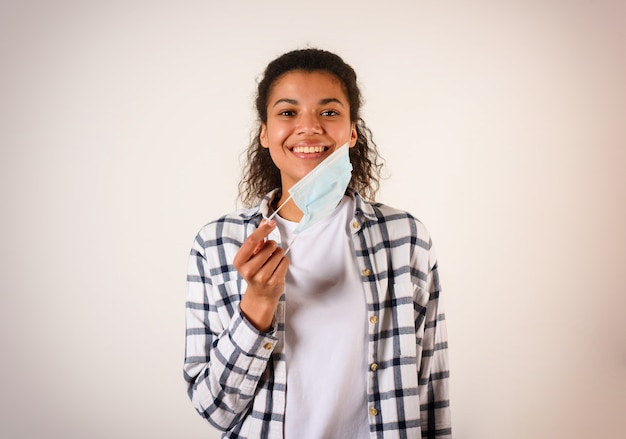 Vrouw verwijdert het gezichtsmasker. concept van pandemie van covid-19 coronavirus