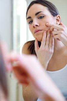 Vrouw verzorging van haar mooie huid op het gezicht staan dichtbij mir