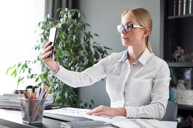 Vrouw video bellen op haar telefoon