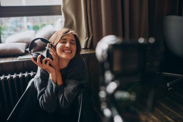 Vrouw video blogger filmt nieuwe vlog voor haar kanaal