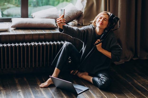 Vrouw video blogger filmt nieuwe vlog