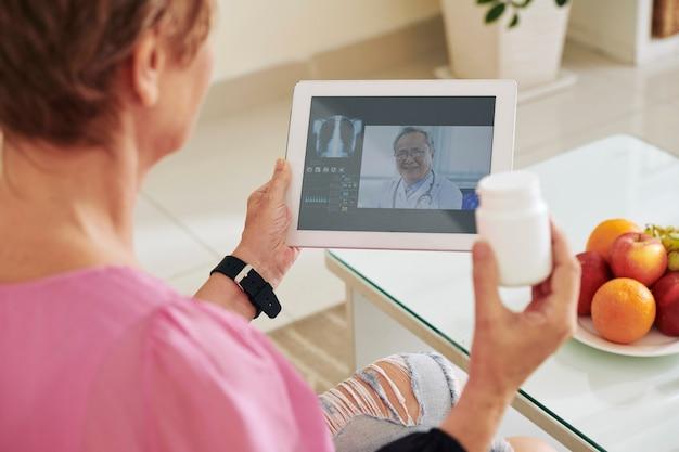 Vrouw video-oproepende arts