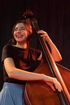 Vrouw vieren jazzdaggebeurtenis