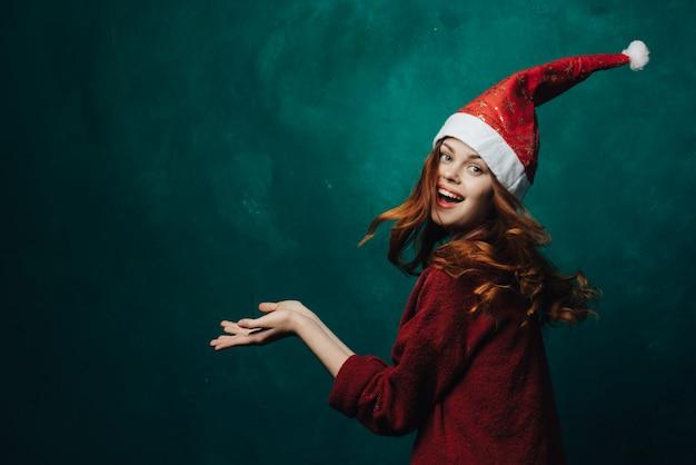 Vrouw viert kerstmis en nieuwjaar.