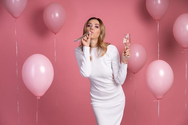 Vrouw viert op een verjaardagsfeestje