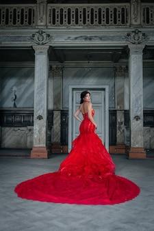 Vrouw vintage rode jurk oud kasteel mooie prinses in verleidelijke jurk elegant kaukasisch vrouwelijk sprookjesverhaal