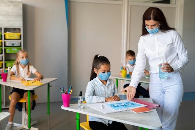 Vrouw virusvoorzorgsmaatregelen tonen aan een kind