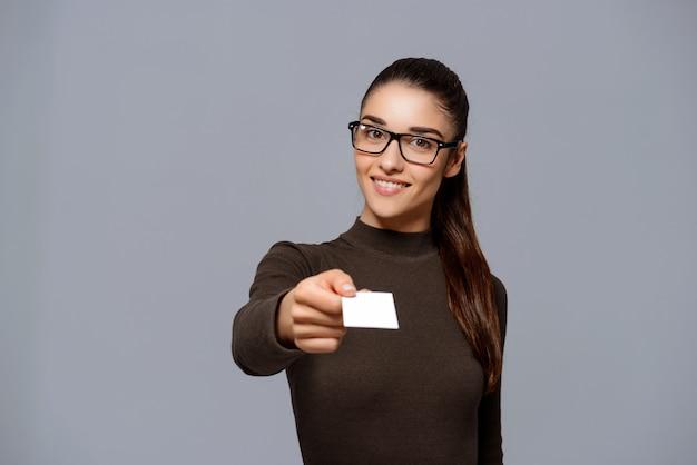 Vrouw visitekaartje geven