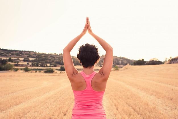 Vrouw vitaal uitoefenen en meditatie in openlucht