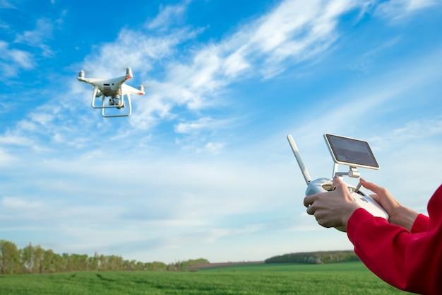 Vrouw vliegt een drone op het veld