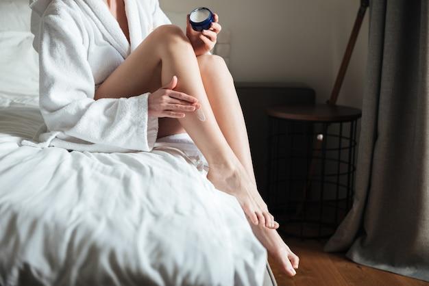 Vrouw vochtinbrengende crème toe te passen