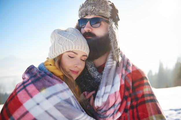 Vrouw voelt zich comfortabel naast haar man