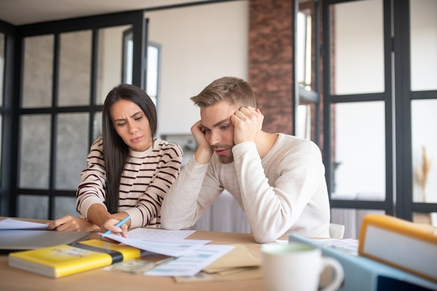 Vrouw voelt zich geconcentreerd vrouw voelt zich geconcentreerd tijdens het invullen van belastingaangifte met echtgenoot