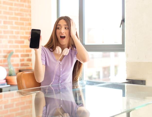 Vrouw voelt zich gelukkig, opgewonden en verrast, man kijkt opzij met beide handen op het gezicht