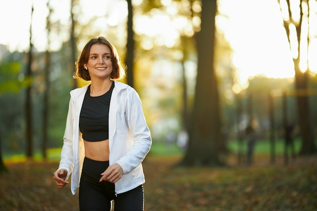 Vrouw voelt zich gelukkig tijdens sportactiviteiten in de buitenlucht