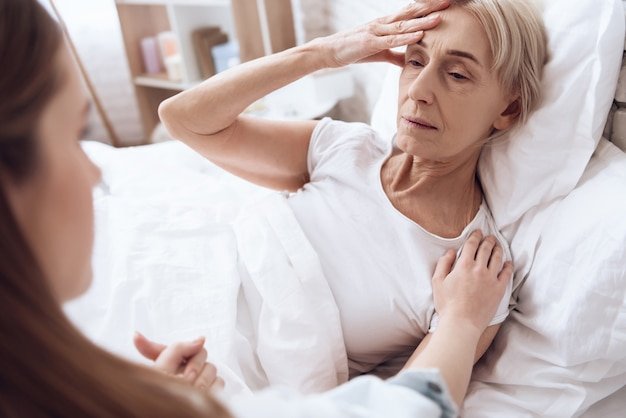 Vrouw voelt zich slecht en heeft pijn in haar hoofd.