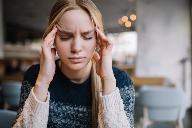 Vrouw voelt zich slecht, gestrest, depressie