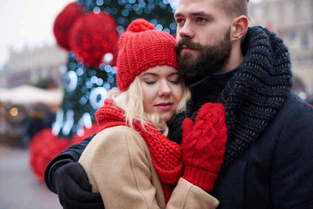 Vrouw voelt zich veilig in de armen van de man