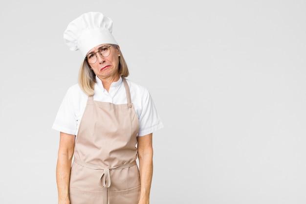Vrouw voelt zich verdrietig en zeurderig met een ongelukkige blik, huilend met een negatieve en gefrustreerde houding
