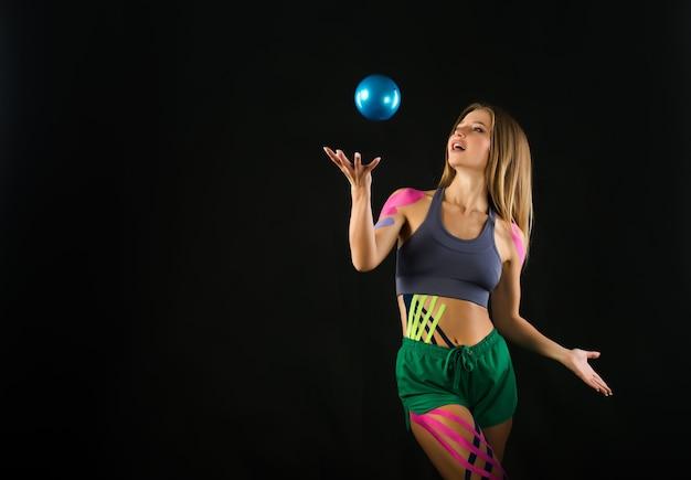 Vrouw voert oefeningen met bal uit.