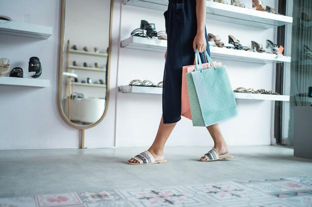 Vrouw voet houden boodschappentas in het winkelcentrum