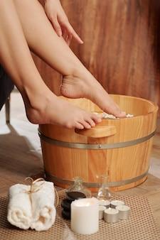 Vrouw voeten aanbrengend warm water