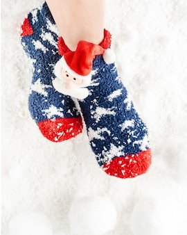 Vrouw voeten in kerstmissokken