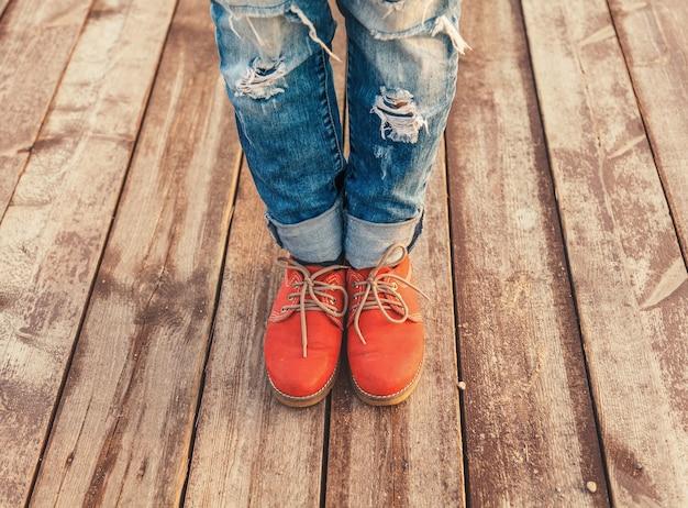 Vrouw voeten in rode schoenen