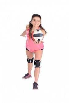 Vrouw volleybal speler raakt de bal.