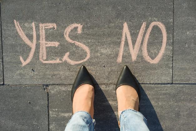 Vrouw voor de keuze ja of nee
