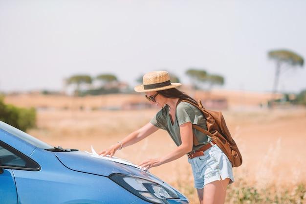 Vrouw voor een nieuw avontuur op zoek naar de juiste weg op de kaart