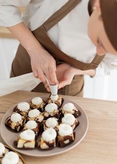 Vrouw voorbereiding dessert close-up