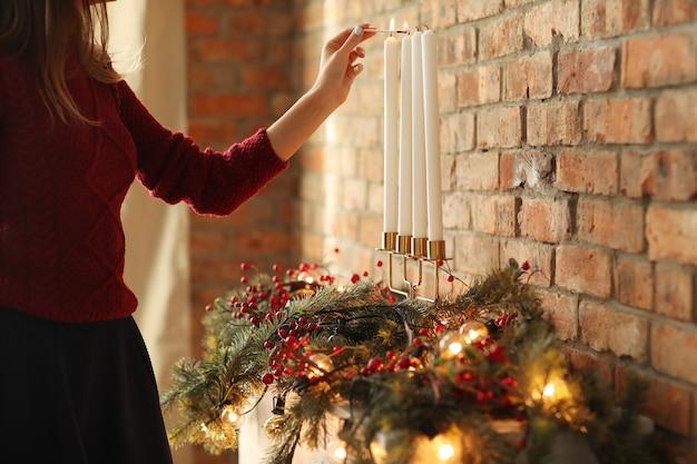 Vrouw voorbereiding van kerstdecoratie thuis