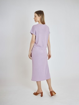 Vrouw vormt in een nieuwe collectie zomer kleding. succesvol meisje