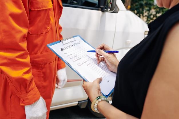 Vrouw vullen bezorgdienst document