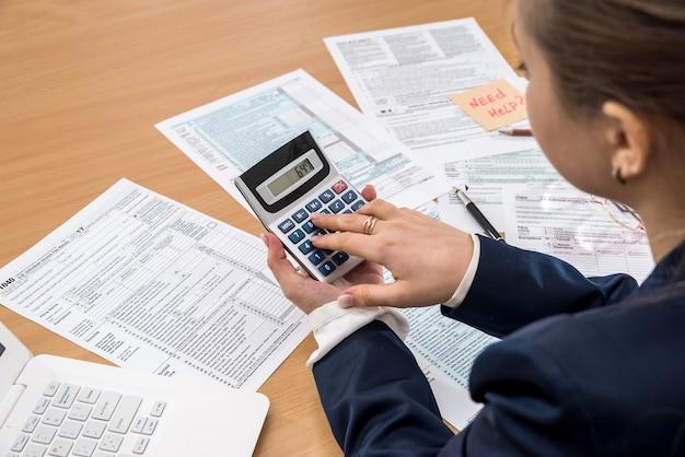 Vrouw vult us 1040 belastingformulier 2018 jaar