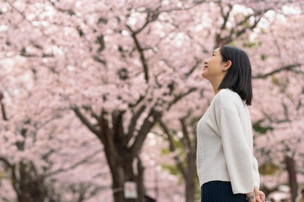 Vrouw waardeert de natuur om haar heen