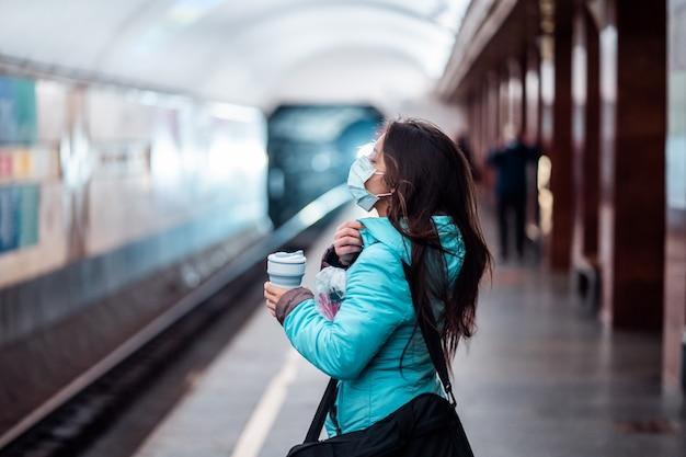 Vrouw wacht op een metrostation in kiev.