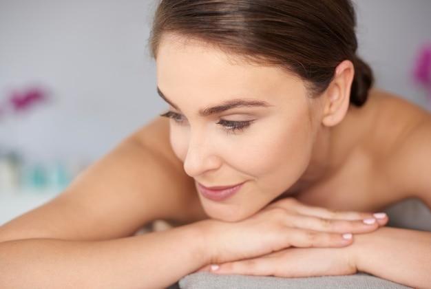 Vrouw wacht op ontspannende massage Gratis Foto