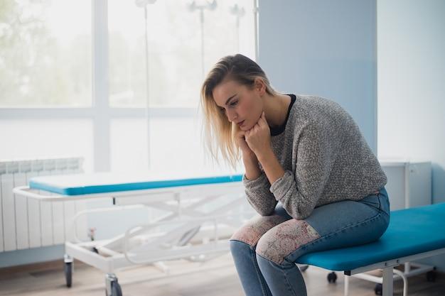 Vrouw wachten op arts in het ziekenhuis bezorgd gevoel