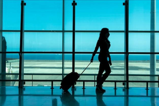 Vrouw wachtend op vliegtuig op luchthaventerminal met smartphone - fuerteventura - spanje