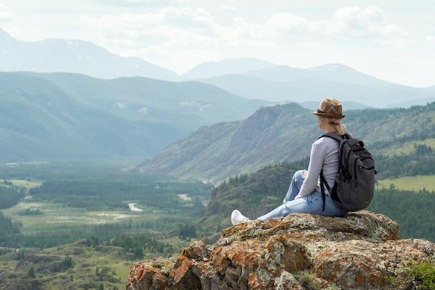 Vrouw wandelaar alleen ontspannen in de bergtop.