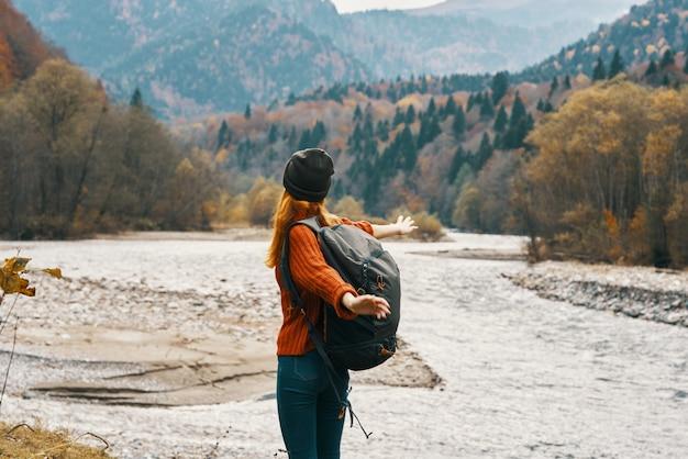 Vrouw wandelaar bergen landschap herfst rivier frisse lucht