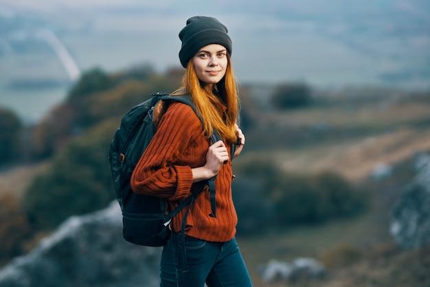 Vrouw wandelaar met rugzak in de bergen reizen wandelavontuur
