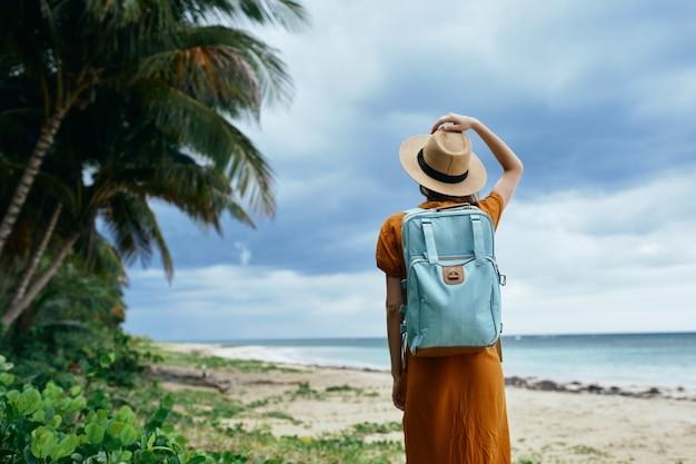 Vrouw wandelaar met rugzak op natuur strand vrijheid vakantie