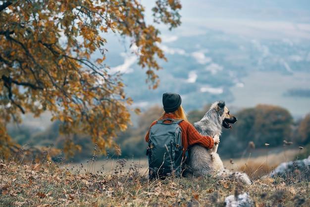 Vrouw wandelaar naast hond vriendschap natuur bergen reizen
